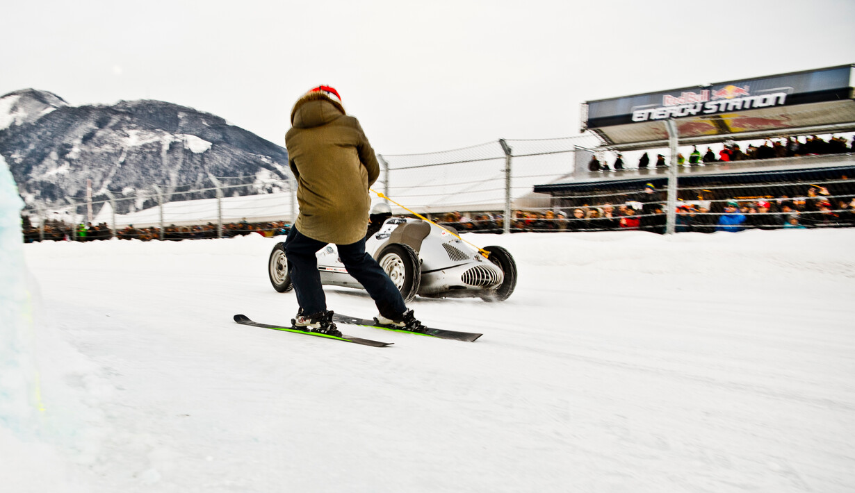 Skifahrer am Auto